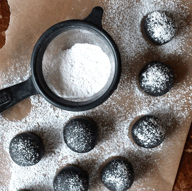 The easy to make no bake rum balls are the best! Boozy, fudgy and oh-so delicious for Christmas! | Recipe on @haleydwilliams