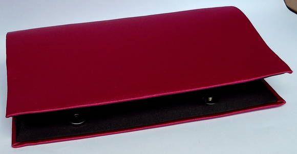 Carteira de Mão confeccionada em Cartonagem de modo artesanal. Estruturada e forrada com tecido shantung pink por fora e cetim preto por dentro. Linda! Fechamento em botão de metal com imã. CAC238  Medidas 25cm de comprimento x 13 cm de altura x 5 largura