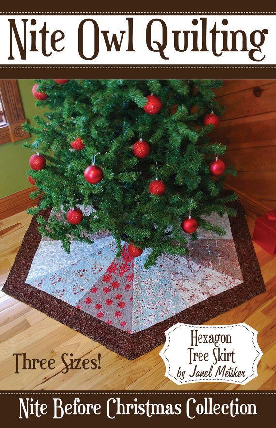 El patrón de la falda de árbol hexagonal es un proyecto fácil y rápido ideal para telas modernas o tradicionales. Simplemente añadir un borde de color sólido para unificar a sus telas de Navidad favorito! ¡Este patrón incluye instrucciones para tres tamaños de las faldas del árbol! El pequeño es ideal para el árbol de Navidad infantil 3-4 pies. El medio es perfecto para un árbol de Navidad de delgada línea de pie de 5-7. El grande es lo mejor para vivo o grandes árboles artificiales. ¡Ahora…