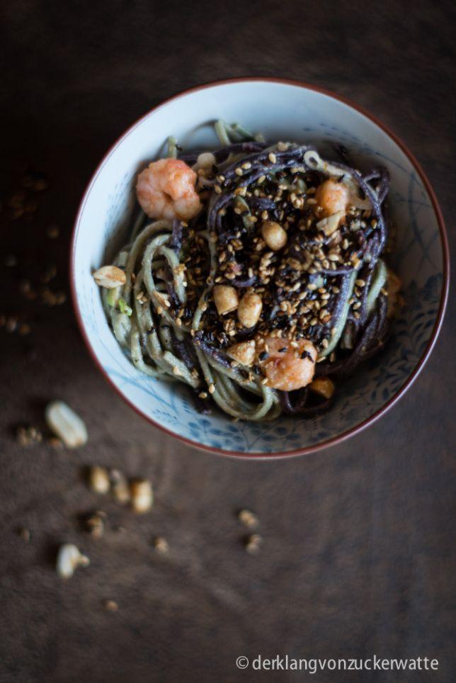 Bunte Nudeln mit Garnelen und Erdnuss-Kokos-Sauce ©derklangvonzuckerwatte