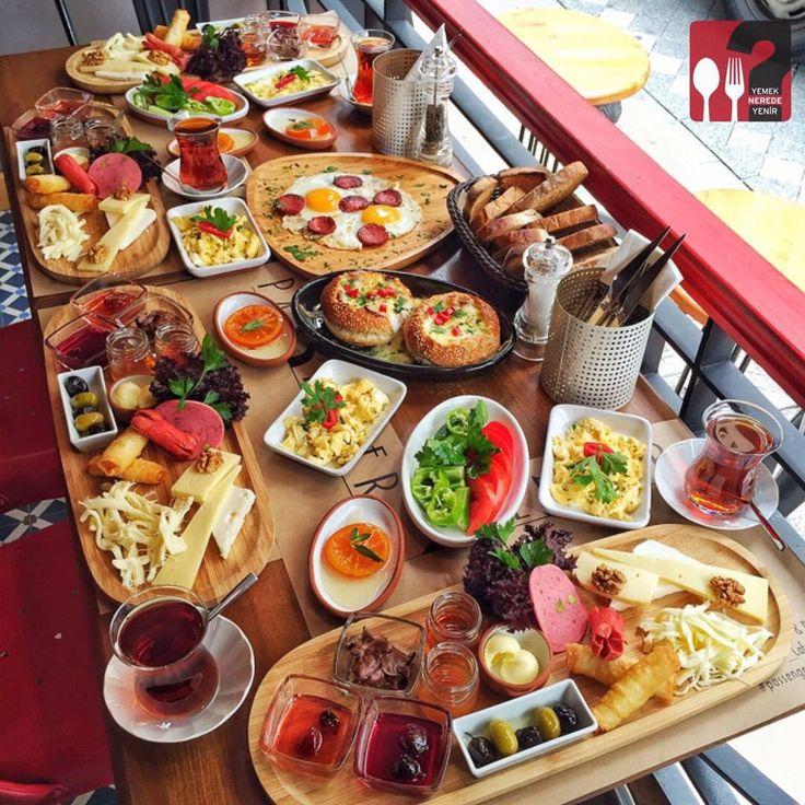 Passenger Kahvaltı & Cocotte - Passenger Cafe & Bistro / İstanbul ( Moda Cad. Halis Efendi Sok. No:5 Kadıköy )  Çalışma Saatleri 10:00-00:00 ☎ 0 216 336 17 57  Kahvaltı Tabağı 25 TL / Kişi Başı  Sucuklu Yumurta 9 TL  Cocotte 12,50 TL  Alkollü Mekan  Paket Servis Yok @passenger_cafe_bistro  Portakal reçeli ve süt reçeli ev yapımıdır. 2 çay ücretsizdir. Fotoğraftaki görsel 4 kişiliktir.