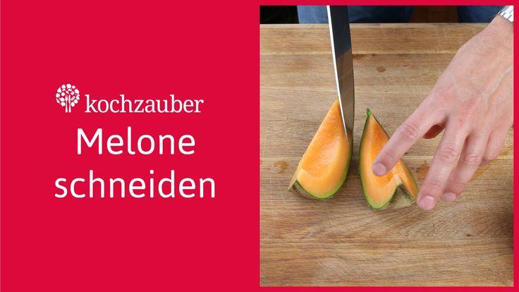 Ihr wolltet schon immer wissen, wie man eine Melone richtig schneidet? Wir von Kochzauber zeigen Euch in unserer Kochschule, wie man eine Honigmelone richtig...