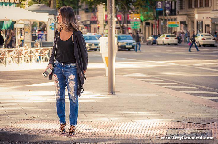 Vaqueros rotos, sandalias cruzadas, camiseta negra, street style madrid.