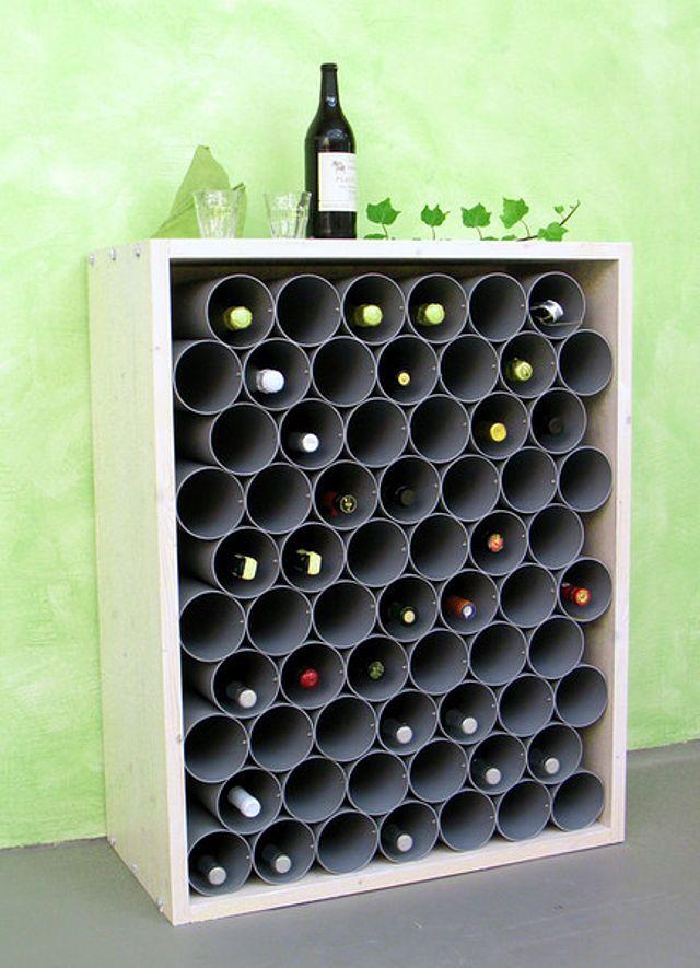 Weinregal aus Fallrohren Wer sagt eigentlich, dass in Fallrohren nur Regenwasser abfließen darf? Wein, Sekt und andere Getränkeflaschen lassen sich wunderbar darin lagern – und das gut sortiert und platzsparend.