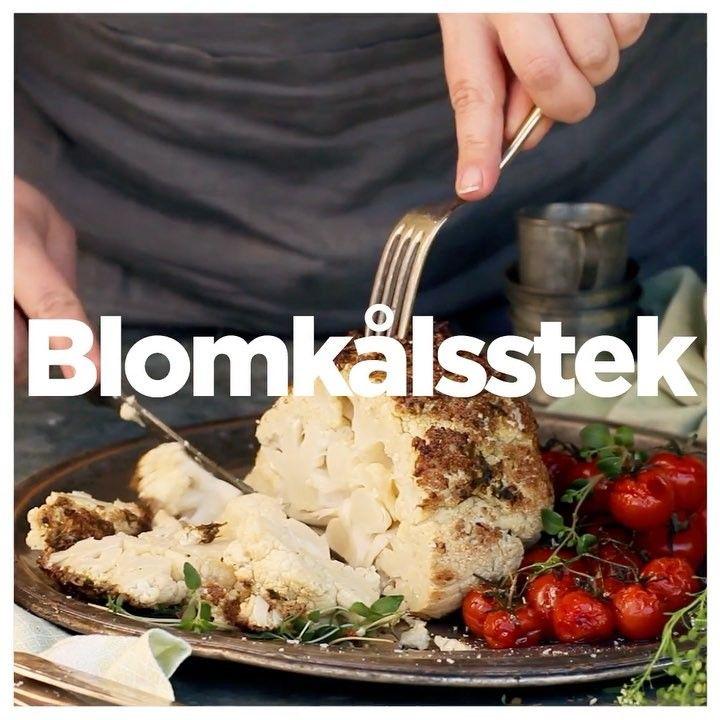 Blomkålsstek stek recept: 1 blomkålshuvud⠀ 3 vitlöksklyftor⠀ 0,5 dl olivolja + lite till formen⠀ 2 krm salt⠀ 0,5 tsk torkad timjan eller 2 msk färsk⠀ 0,5 tsk paprikapulver⠀ Svartpeppar⠀ 1 blomkålshuvud⠀ 250 g körsbärstomater ••• skär till stocken så att blomkålshuvud kan stå stadigt utan att välta. Skär kryss i stocken, bakas snabbare. lägg blomkålshuvud i ugnssäker form. ->