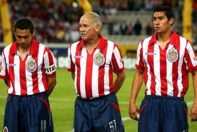 El mexicano Salvador Reyes Monteón (Chava Reyes) logró convertirse en el futbolista más viejo de la historia al jugar 7 segundos con el CD Guadalajara a los 71 años y 3 meses de edad en 2008.