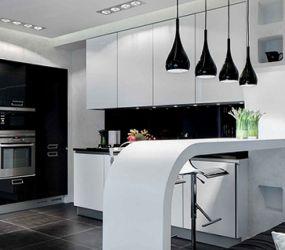 Кухня с черными светильниками