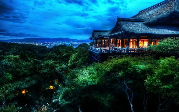 Batı Kyoto'daki Katsura İmparatorluk Villası geleneksel Japon mimarisi ve bahçe peyzajının en güzel örneklerinden bir tanesi olarak kabul edilir. Shugakuin İmparatorluk Villası ise 17. yüzyılda Tokugawa şogunluğu tarafından İmparator Go-Mizuno için yaptırılmıştır. Bu alanları ziyaret etmek için İmparatorluk İçişleri Birimi'nden izin kâğıdı alınması gerekmektedir.