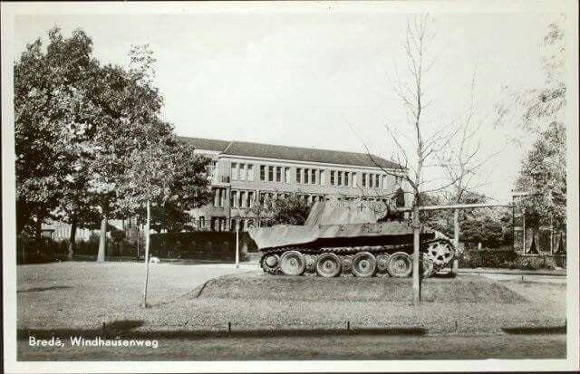Paul Windhausenweg met tank en op achtergrond Onze Lieve Vrouwen Lyceum 1955