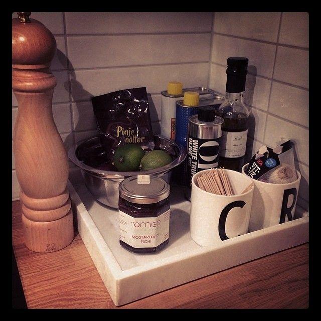 Marmorbricka, pepparkvarn & muggar från R.O.O.M. samt olja & vinäger från Nicolas Vahé som finns hos Selected by R.O.O.M. Allt hemma hos Cecilia
