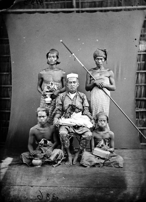 COLLECTIE TROPENMUSEUM Regent van Maros met gevolg Makassar Celebes.