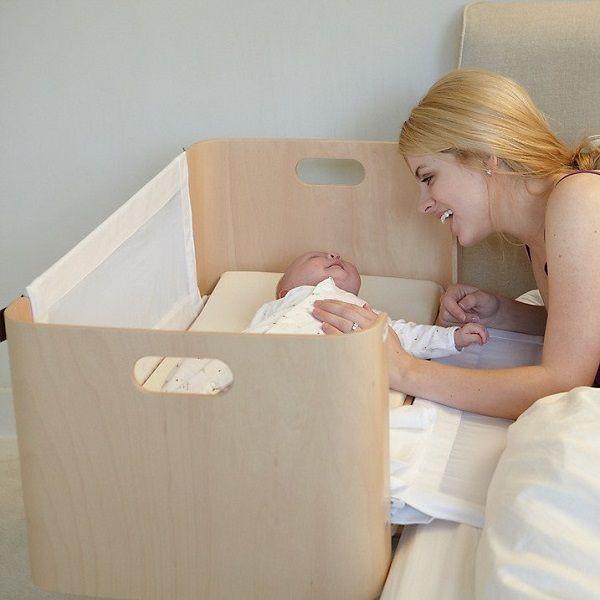 夜眠るときも、できるだけ赤ちゃんの近くにいたい…そんな人におすすめなのが、BEDNESTという海外メーカーが販売しているベビーベッド「bedside crib」です。 こちらのベビーベッドは、ママやパパと同じベッドの高さに設置できるので、とっても便利! 側面の仕切りを倒せば、赤ちゃんとの境界線がなくなり、しっ