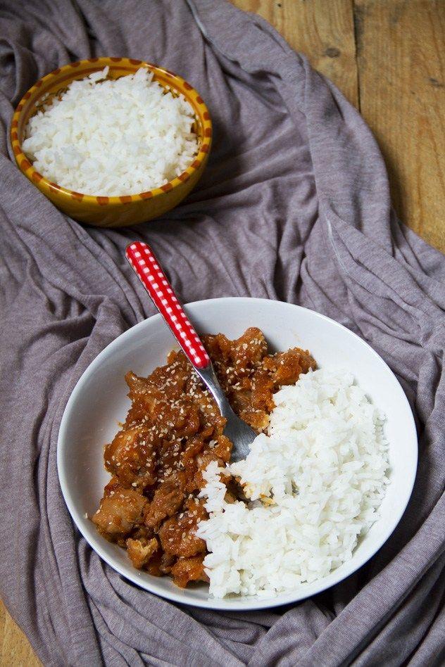 Il pollo al miele e sesamo è cotto a lungo e diventa glassato. Accompagnato con del riso basmati è un piatto unico che piace a tutti! Leggi la ricetta!