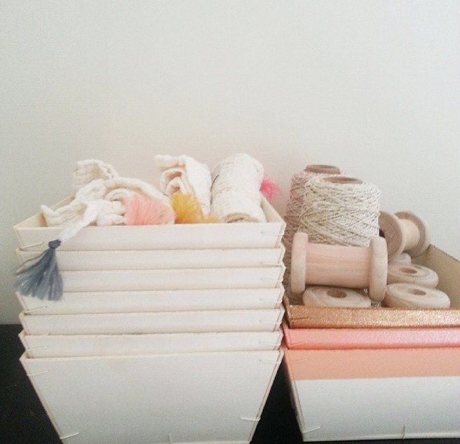 10€ au lieu de 15€ * dernière pièceTrès utile et déco dans toute la maison, une cagette s'intègre parfaitement dans la chambre des kids pour stocker les jouets, classer des livres, organiser les essentiels de bébé (coton, couche, produits de toilette...) ou ranger les petits vêtements (foulard, lange, chaussettes...)Elle se glisse facilement dans une armoire ou sur l'étagère comme élément déco (surtout lorsqu'elle est colorée).Totalement fan !Bois contreplaqué L 35 x P 26 x H 9,2 cm