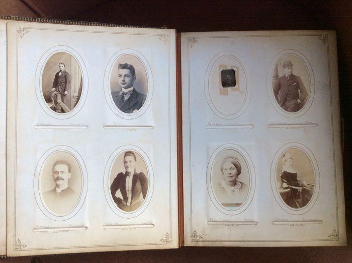 Online veilinghuis Catawiki: Gefigureerd zwart lederen fotoalbum met 118 carte-de-visite en 16 carte-de-cabinet foto's