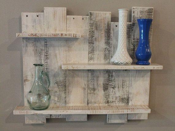 Plataforma blanco estante de madera decoración por TheWoodGarageLLC