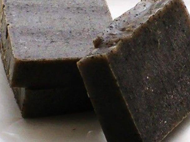 Sieht nicht schön aus, ABER schwarze Seife hilft gegen Pickel und Falten!