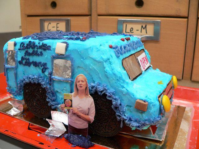 Bibliobús-pastel para celebrar el 25º Aniversario del de la Lethbridge Public Library (EE.UU.)