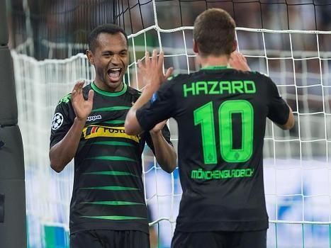 Champ.League-Quali: Gladbach - Y.B.Bern 6:1 - Die Gladbacher Dreifachtorschützen Raffael (l) und Thorgan Hazard klatschen nach einem weiteren Treffer ab.
