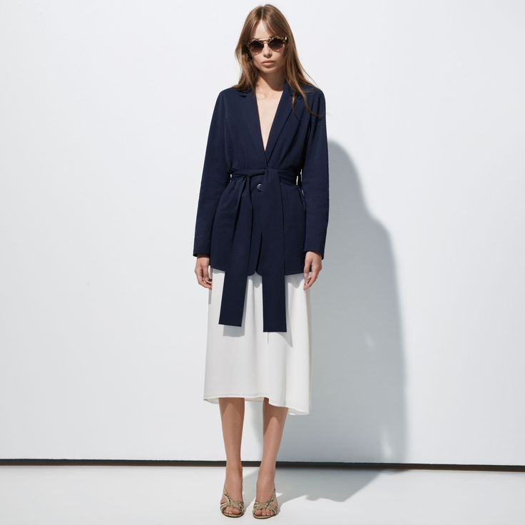 FWSS Pet Programs is a classic blazer, reinvented with removable tie at waist, invisible side pockets and crafted from a delicate seersucker fabric.
