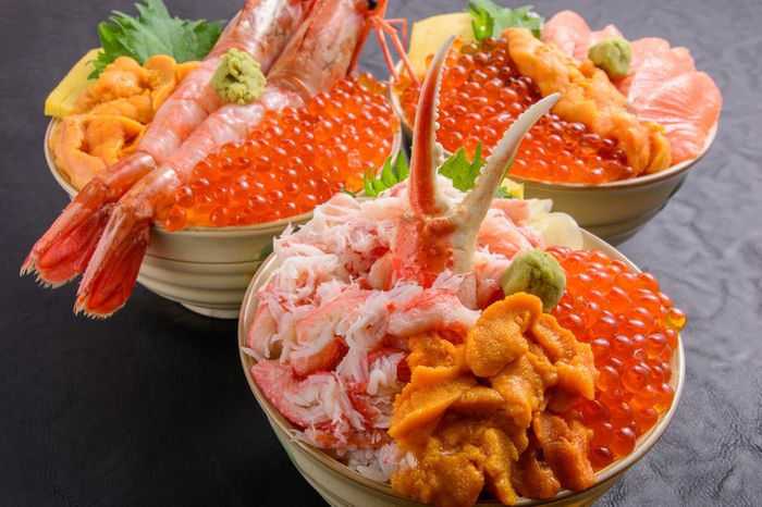 小樽駅前、左手すぐにある「三角市場」ここに美味しい海鮮のお店がギュッと集まっているのをご存知でしたか?写真は「滝波食堂」の海鮮丼。好きなネタ3〜4品を選んで、ご飯の量もお好みで選べる「元祖 わがまま丼」が人気です。