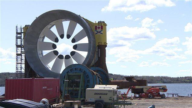 Le projet d'installation d'une turbine marémotrice géante dans la baie de Fundy a été suspendu dans la foulée des critiques exprimées par des pêcheurs.