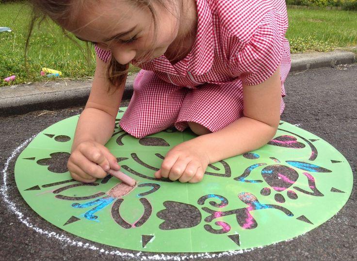 Dessiner des mandalas en extérieur avec les enfants