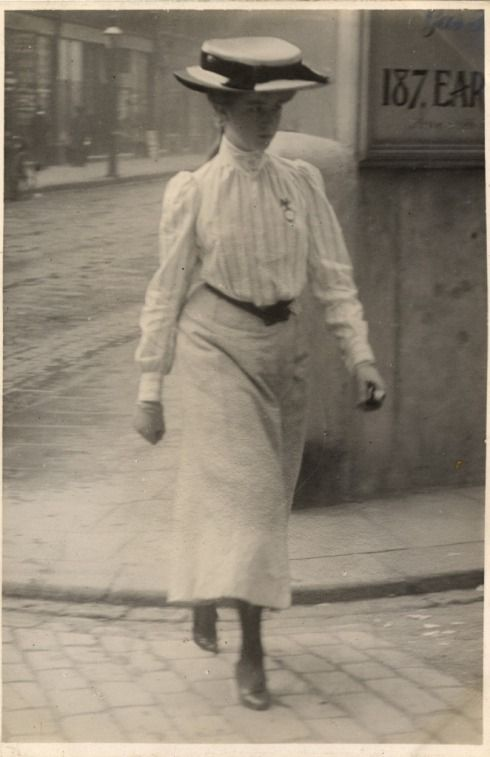 Fashion on the streets of Paris and London in the years 1905 -1908