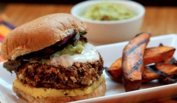 Vejetaryenlerin dikkatine! Fasulye köftesi ayağınıza geldi! Bence kıymadan yapılan köfteden bile güzel oluyor. Falafel sevenler tadına çok çabuk alışacak #meksika #yemekleri #tarifleri #dünya #mutfağı #kolay #tarifler #fasulye #köftesi #köfte #hamburger #değişik #tarifi #burger #leziz #yemekler #dünya #mutfağı