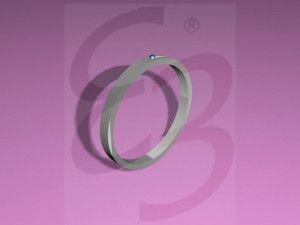 L'idea nasce dal gioco delle biglie: per farle girare e correre in spiaggia si crea una traiettoria incisa nella sabbia. Il progetto presenta uno stile classico. Si contraddistingue dagli altri gioielli per l'incisione curvilinea che segue l'andamento del gioiello. La perla posta nell'estremità superiore ricorda la biglia e da un tocco di eleganza e classicità al gioiello. Il tutto è realizzabile in oro bianco e perla blu.