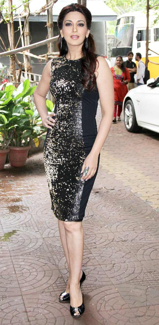 Sonali Bendre Behl looked chic in a shiny black number with matching peep toes on Cine Stars Ki Khoj. #Bollywood #Fashion #Style #Beauty