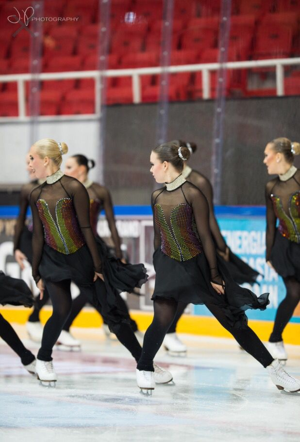 (C) Joonas Puhakka  http://jpphoto.pic.fi/kuvat/Sports/Ice+skating/Synchronized+Skating/1-SM+karsinta+turku+2015/Päivä+2/Seniorit+Vapaaohjelma/Team+Unique+Vapaaohjelma/