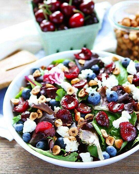 Salade met geitenkaas, blauwe bes, ongezouten noten,bladsla of spinazie, kersen en bospaddestoelen.  Dressing niet nodig!  Optioneel, olijfolie en balsamico siroop