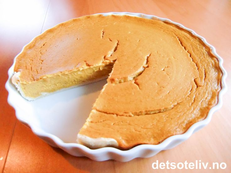 """""""Gresskarpai"""" (""""Pumpkin Pie"""") er en amerikansk klassiker som er meget populær å bake til Halloween (allehelgensaften), som er siste kvelden i oktober. """"Gresskarpai"""" bakes også tradisjonelt til Thanksgiving, som markeres siste helgen i november i USA og siste helgen i oktober i Canada. Thanksgiving er amerikanernes høsttakkefest og antakeligvis også den aller viktigste høytiden i USA. På Thanksgiving Day (fjerde torsdagen i november) samles familier over hele Amerika til tradisjonsrike og…"""