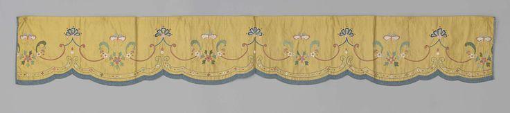   Lambrekijn, deel van een bedgarnituur, van gele zijde, geborduurd met bloemen en vlinders in veelkleurige zijde en omboord met blauw passement, c. 1720 - c. 1740   Lambrekijn, deel van een bedgarnituur van gele zijde, geborduurd met bloemen en vlinders in veelkleurige zijde, omboord met blauw passement en gevoerd met grof linnen en gele zijde. Bestemd voor de rechterkant van het bed, binnenkant.