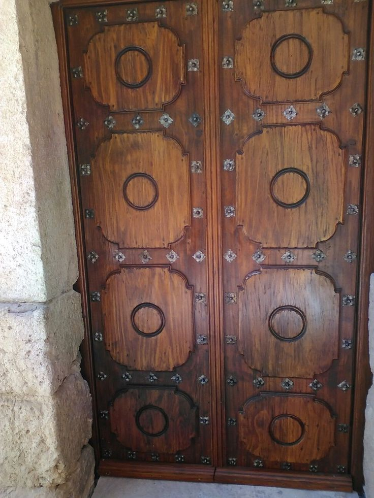Portón de madera restaurado.