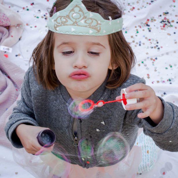 Pour jouer, se déguiser, ou faire des photos de naissances originales, la Couronne Jelp® en tissu, doublée d'un joli tissu, molletonnée et décorée de motifs pailletés, fermée par un élastique très doux pour le confort de l'enfant ravivera toute la famille. Grâce à son élastique très extensible, la couronne s'adapte à tous.  La couronne de prince, de princesse, d'indien ou de super héros qui plait aux enfants et ne fait pas honte aux parents.