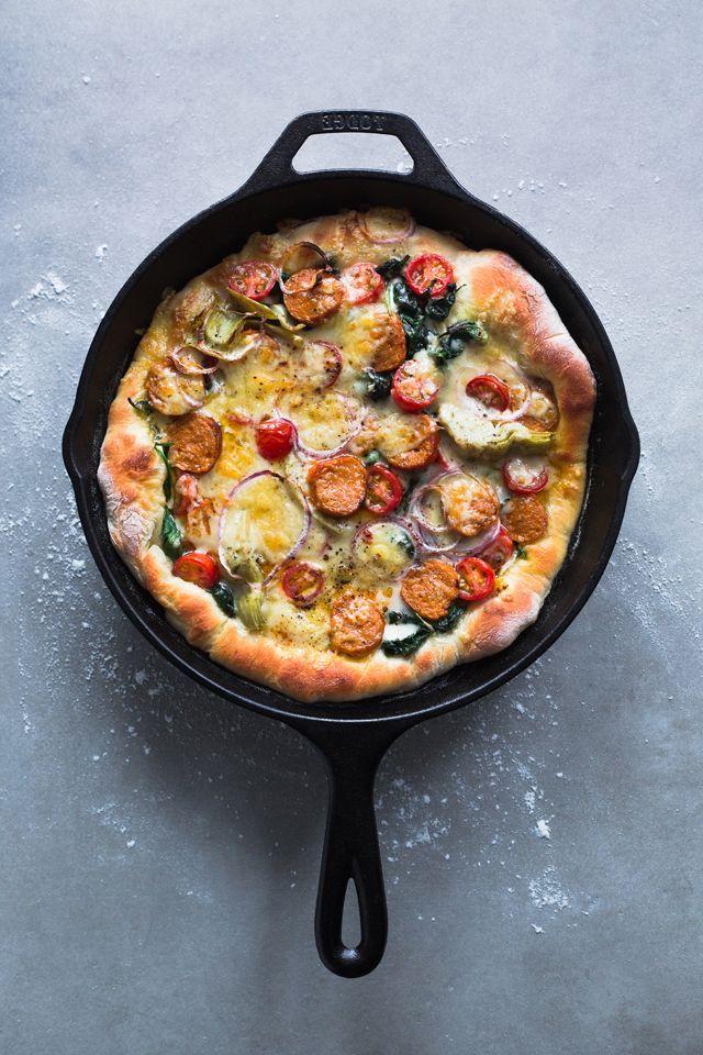 Pour 2 pizzas à pâte épaisse de 22 cm (9 po) de large  INGREDIENTS :  Pour la pâte à pizza de base :  - 2 c.c. de levure boulangère - 1 c.c....