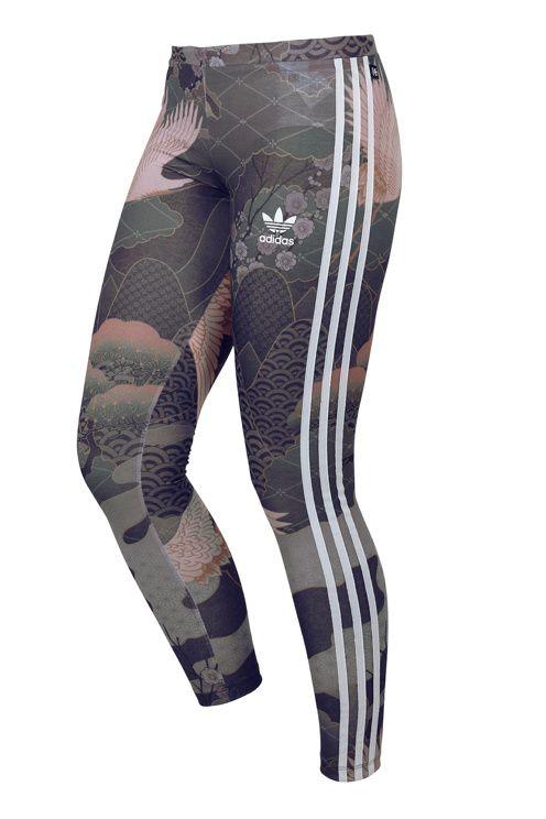 Leggings fra adidas med flot mønster med blomster og fugle. Påsyede, sorte adidas-striber langs benene. Elastik i taljen. I dejlig jerseykvalitet, bløde og velegnede til både træning og dagligt brug. Benlængde ca. 71 cm i str. 34/36.<br>Disse leggings er en del af adidas' samarbejde med den britiske sanger og modeikon Rita Ora, der henter inspiration fra mønstre på tradionelle japanske kimonoer. <br><br>96% polyester, 4% elastan<br>Vask 30°