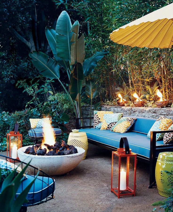 Want to give your backyard a tropical feel? Here are some cool decor ideas for a patio space #tropical #outdoor
