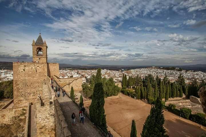 ¡Feliz domingo! Un día magnífico para visitar Antequera y su Recinto Monumental Alcazaba-Real Colegiata, desde donde podréis disfrutar de vistas tan bellas como la que os mostramos.#tuhistoriaenotoño