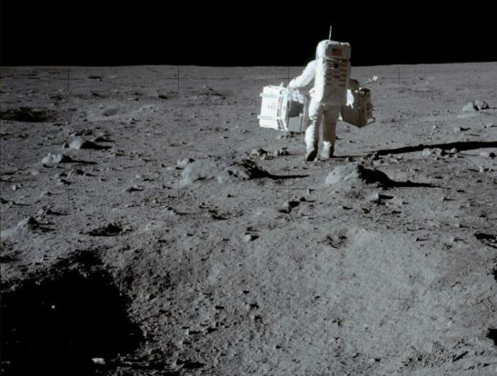 #интересное  Первый человек на Луне (40 фото)   «Аполлон-11» (англ. Apollo 11) — пилотируемый космический корабль серии Аполлон, который впервые доставил людей на поверхность другого космического тела — Луны.Армстронг спустился на поверхность Луны 21 июля 1969 года в 02 ч�