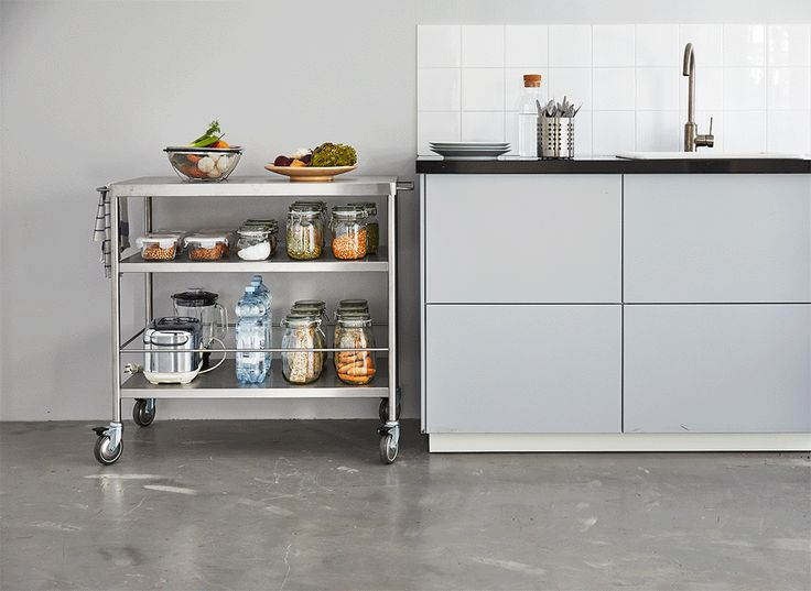 Perfect pentru gătitul acasă, căruciorul FLYTTA este un suport bun pentru multe ingrediente, ustensile de bucătărie și prosoape. În plus, îl poți muta ușor, pentru a avea mereu spațiu.