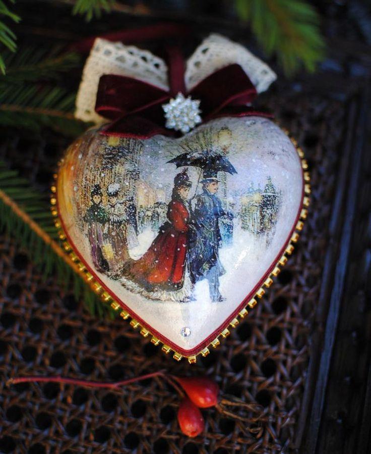 Добрый день, дорогие гости моего магазина! Хочу представить вам набор елочных игрушек 'Изящный век' подробнее... Париж, XIX век…Галантные кавалеры и изящные дамы, платья с длинным шлейфом, шляпки с вуалью, и, конечно, драгоценности....прогулки в каретах на лошадях, походы в театр и на новогодний бал… Задумала сделать набор с декором, соответствующем эпохе элегантности.