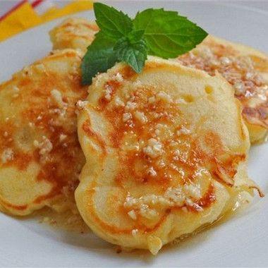 Для приготовления оладий необходимо взбить яйца с сахаром, соединить с кефиром, добавить соль.