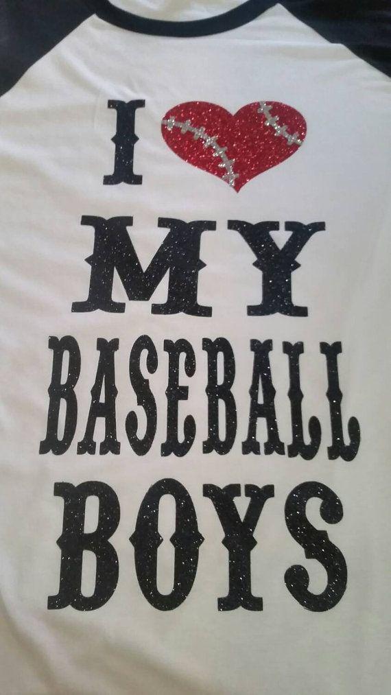 Jai le cœur mes garçons de baseball shirt paillettes dispose dun grand design fait dans les couleurs que vous choisissez. Amusant et super mignon Baseball Shirt ou débardeur de Baseball. Il rend cette chemise parfaite pour une maman de baseball, grand-mère de baseball, fan de baseball ou nimporte qui. Jutilise seulement les paillettes de haute qualité qui sont professionnellement coupé et appliqué pour un look de longue durée.  Disponible en petites tailles dames--certaines tailles plus sont…