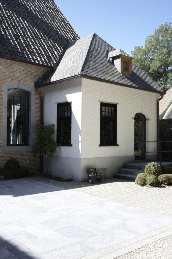 Domus Aurea | Exclusieve Villabouw.  Mix of materials, dimension.  Bluestone with pea gravel.
