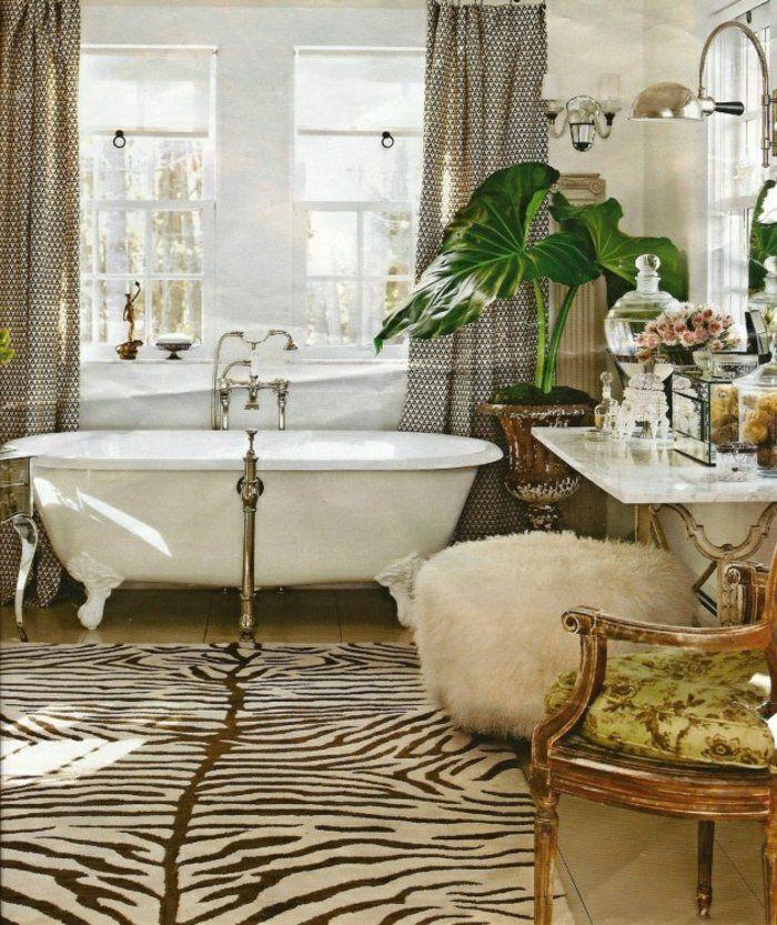 tapis de salle de bain en peau d'animal zebre avec une plante verte d'intérieur
