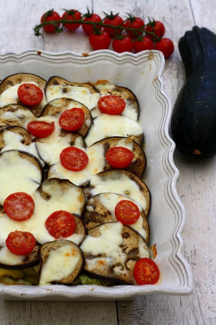 Un gratin de pâtes bien estival, ou les pâtes sont mélangées à un bon pesto de basilic et de courgette râpée, le tout recouvert de fines tranches d'aubergine et tomates cerises gratinées à la mozzarella et parmesan... de belles saveurs italiennes une...