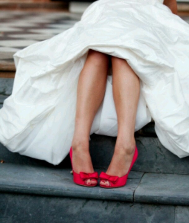Rode schoenen onder trouwjurk